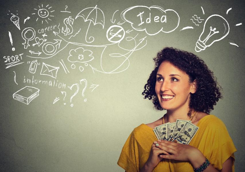 mujer joven exitosa y excitada agarrando billetes de dólares en las manos entusiasmada que sigue los consejos básicos para aprender a apostar